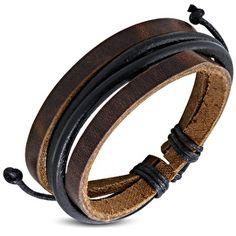 Leren armband in de kleur bruin. De armband is gemaakt van 100% bruin leer met twee platte repen leer en twee ronde repen leer, ;en is te bevestigen door middel van de schuifknoopsluiting gemaakt van touw.One size fits all100% leer ;