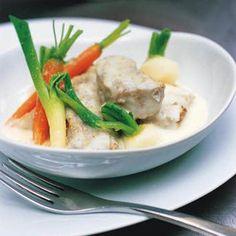 Couper le veau ou la dinde en morceaux. Éplucher les carottes, les navets et les oignons. Couper le céleri en rondelles.