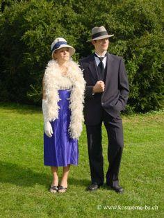 """20er Jahre Kleider Charleston   Roaring Twenties  Luftig und lockerleicht sollte die Mode der 20er Jahre sein. Ich Rahmen der vordernden Gleichberechtigung von Mann und Frau. Die weiblichen Formen der Damenmode in den """"Roaring Twenties"""" wurden nicht betont. Das Hauptaugenmerk sollte von Brust und Taille ablenken und dafür mehr auf die Hüfte liegen.   #kostuemverleih #basel #patsUniform #renaissance #geschichte #damenkostüm #authentisch #RoaringTwenties #charlston #vintage"""