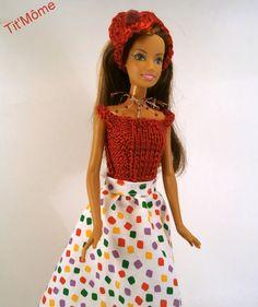 jupe multicolore et haut rouge