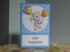 Un orsetto vola felice fra le nuvole con i sui palloncini per augurare buon compleanno! Palloncini, testa, zampe e corpo dell'orsetto sono in 3D.
