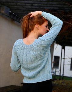Feminin og elegant genster med brede riller og kokongfasong. Med denne er du både varm og pyntet.