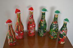 Garrafas decoradas com retalhos de tecido de Natal com gorrinhos