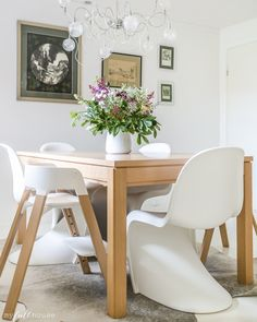 @myfullhouseb adds color to her dining table by adding fresh flowers. Such a simple solution, and what a lovely way to brighten a room! /ES