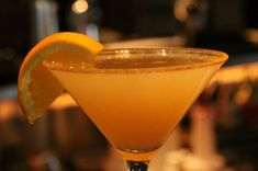 Ecco il cocktail analcolico di ananas e arancia al profumo di menta da servire come aperitivo o accompagnare gli antipasti