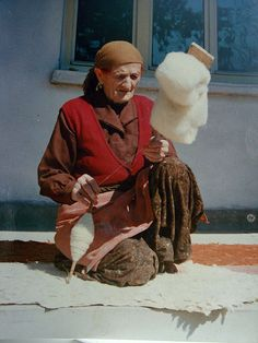 Balkan spinner Spinning Wool, Spinning Wheels, Hand Spinning, Weaving For Kids, Fourth World, Drop Spindle, Twelfth Night, Pictures Of People, Albania