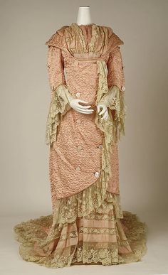 French Silk Negligee -- -- Metropolitan Museum of Art Costume Institute Vintage Outfits, Vintage Gowns, Vintage Mode, Victorian Dresses, 1880s Fashion, Edwardian Fashion, Vintage Fashion, Antique Clothing, Historical Clothing