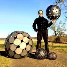myself with an array of metal spheres. Sizes may vary from 10 upp till 100 cm Geometric Sculpture, Metal Art, Garden Art, Project Ideas, Projects, Iron, Texture, Awesome, Balls