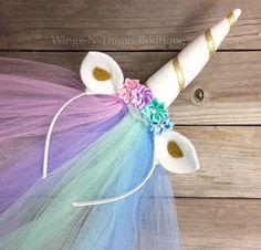 CELESTIA unicornio princesa PONY diadema con velo de Tul Esta diadema hecha a mano adorable está adornado con los rhinestones y flores de seda. Las orejas están hechas de fieltro y se curvan para añadir dimensión. El cuerno de unicornio fieltro es cosido a mano y un increíble 6 alto y