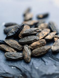 Tonkabohne Dipteryx Odorata Bei der Tonkabohne handelt es sich um den Samen des Tonkabaumes, diese gehört zu den Schmetterlingsblütlern. Man findet ihn auf den Guayanas, In Brasilien, Nigeria und Venezuela. Am besten vergleicht man den Duft mit einer frisch gemähten Bergwiese. Ihr süßlicher an Kräuter erinnernder Duft entsteht durch das in ihr enthaltene Cumarin. Ihr Duft ist warm, fröhlich, vanilleartig würzig, süßlich – venusisch und somit für alle Venusrituale oder Venusräucherungen als…