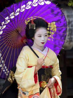 Geisha, Maiko (Trainee Geisha) in Gion, Kyoto City, Honshu, Japan Lámina fotográfica