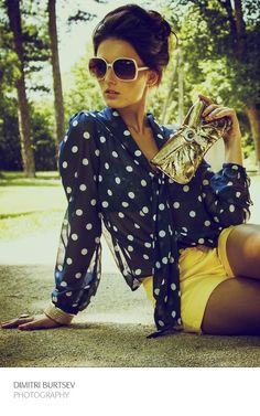 Classic and fun summer outfits polka dot navy and blue top with bright yellow shorts and gold clutch Look Fashion, Womens Fashion, Fashion Trends, Look Con Short, Summer Outfits, Cute Outfits, Estilo Retro, Vintage Stil, Mellow Yellow