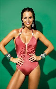 Bañador rosa de Calzedonia y joyas de H&M.