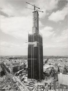 1972 (juin) Avancement de la Tour Montparnasse Paris Pictures, Paris Photos, Vintage Pictures, Tour Montparnasse, Monuments, Plan Paris, Paris Cafe, Paris Ville, Willis Tower