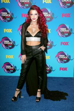 Bella Thorne rocks an all-black ensemble and flowing red locks on the Teen Choice Awards red carpet. Bella Thorne, Celebrity Feuds, Celebrity Women, Teen Choice Awards 2017, Fashion Mag, Bodo, Celebrity Red Carpet, Red Carpet Looks, Blue Carpet