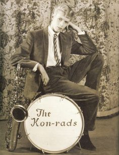 Bowie in 1963. Look at that darling face.