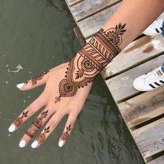 modele henné main, manucure aux ongles blancs, tatouage au henné noir à  design ethnique