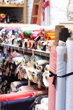 Stoffe kaufen in London: Das Cloth House in der Berwick Street Fashion Fabric, Diy Fashion, Berwick Street, London Shopping, Buy Fabric Online, Do It Yourself Fashion, Modelista, Textiles, Fashion Wallpaper