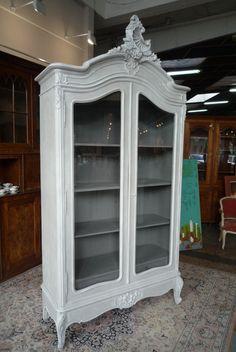 Ancienne vitrine rocaille que j'ai sablé et peint en lin patiné blanc, l'intérieur est peint en gris n°1. Elle possède 2 tiroirs en bas et 3 étagères, et deux belles glaces biseautées. Dimensions 2m70...