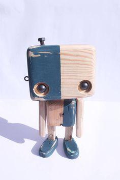 Robot en bois recyclé - Figurine décorative - Objet à poser Il en existe plusieurs, chacun étant une pièce unique et possédant ses propres caractéristiques. Des éléments en métal sont ajoutés à certains endroits, ce qui donne une identité au robot. Dimensions ( environ ) : Hauteur: 26 cm // largeur: 14 cm La livraison en Mondial relay ( moins coûteuse ) est possible sur demande. Contactez-nous par mail avant de passer votre commande. Collectif 56P - Qui sommes nous? Notre idé...