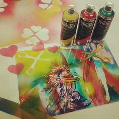 Terveiset toimistolta, jossa Liquitexin uusi spraymaali ensi testauksessa. Kolme väriä, pc-levyä ja palettiveitsi. Ei tätä suotta olla maailmalla hehkutettu! #liquitex #spraypaint #akryyli #acrylic #paint #painting