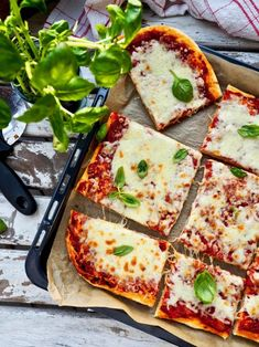 Peltipizzasta on tullut viime aikoina perheemme yksi suosituimmista ilta -ja viikonloppu herkuista. Peltipizza on ihanteellinen naposteluruoka, koska se valmistuu yksinkertaisista raaka-aineista ja on mahtavan makuinen klassikko. Pizzataikinan tekemisessä ei hifistellä, vaan tämä on sellainen tuumasta toimeen versio. Täytteeksi laitan yleensä vain itse tehtyä tomaattikastiketta ja paljon juustoa. #pizza #peltipizza #arkiruoka #helppo #ruoka #resepti Vegetable Pizza, Food And Drink, Favorite Recipes, Vegetables, Vegetable Recipes, Vegetarian Pizza