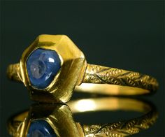 Ring in gold and cabochon sapphire, 1250-1300.