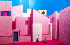 Most epic representation of the Annunciation in chewing gum pink pop version. Seen at @pessebrebdn . . . #igerscatalunya #igersbadalona #badalona #badalonamola #badalonacity  #descubriendoigers #chrismas #miniature #miniatures  #pessebre  #pesebre #pesebres #annunciation #manger  #angel #maria #mary #jesus #pink #rosa #chewinggum #pop #popart #kitch #gabriel #archangel #archangelgabriel #moderno #moderna #modernart