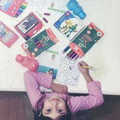 """Olaaaar  """"mãe espera que eu preciso testar tudo isso antes de dormir!""""  novidades da @faber_castell_br com canetinhas que também são carimbos kit amor da @tupperwarebrasiloficial com livro de receitas para colorir potinhos e squeeze e @lego dos mascotes oficiais das Olimpíadas do Rio! Obrigada!!  #presskit #kids #instakids #kidsproducts #moms #socialmediamom"""