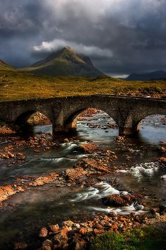 Marsco ea Ponte Velha em Sligachan, Isle of Skye. Escócia. por photosecosse / barbara jones