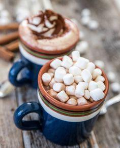 Läcker varm choklad med vispgrädde! Cereal, Drinks, Breakfast, Tableware, Food, Drinking, Morning Coffee, Dinnerware, Dishes