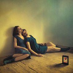 Две девушки в загадочной серии фотографий