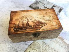 Caja náutica DIY para un enamorado del mar usando la técnica del decoupage, es un regalo hecho a mano fantástico | Via www.sweethings.net