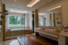 Piso em madeira natural, Revestimentos em Crema Marfil, Pé direito de 4 metros, 30 m2, Ar condicionado central, Muita Luz natural e vista Piso aquecido, vaso sanitário em gabinete privado.