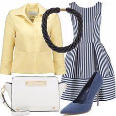 Vestito a righe bianche e blu, giacca giallo chiaro da portare aperta sul vestito, scarpe blu con tacco, borsa tracolla bianca con inserti oro, collana torchon che dà un tocco di luce.