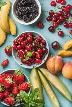Sweet cherries strawberries blackberries peaches bananas melon slices peaches and mint leaves on blue wooden backdrop top view Top Healthy Foods, Healthy Meal Prep, Easy Healthy Recipes, Stay Healthy, Healthy Habits, Frugal Meals, Cheap Meals, Cheap Food, Budget Meals