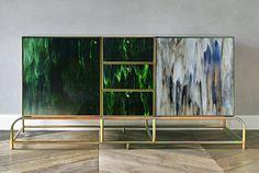 Studio Beza Projekt zaprojektowało komodę, wykorzystującą kolorowe szkło. Cała konstrukcja mebla powstała ze stali w złotym ocynku, a szkłem wypełniono fronty komody. Anna Łoskiewicz i Zofia Strumiłło-Sukiennik postawiły na lane szkło, ponieważ jego powierzchnia jest niezwykle organiczna i fakturaln