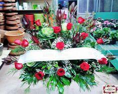 Ramo de defunción con leucadendron Safari, rosas Freedome, brassicas Crane, paniculata y verdes variados.