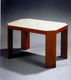 DUNAND Jean (1877-1942) Table basse, le plateau à décor de coquille d'œuf, Piètement en laque de Chine rouge. Signée.