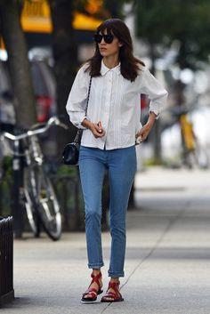 Alexa Chung. Alexa, paseando por Nueva York con un ablusa romántica blanca, jeans pitillo, sandalias planas y bolsito con cadena.