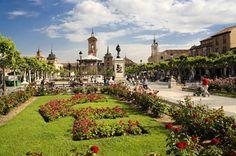 Te invitamos a adentrarte en 25 de las más bellas plazas de España. Eso sí, te advertimos que quizás no quieras abandonarlas. #europaenfotografias