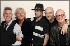 Április 12-én ismét Budapesten, az A38 Hajón játszik a Manfred Mann és zenekara, az Earth Band. A zenekart alapító és vezető Manfred több, mint öt évtizedes pályafutást tudhat maga mögött, melynek során különböző formációkban zenélve maradandó nyomot hagyott a kortárs könnyűzene történetében. Hazánkhoz is évtizedekre visszanyúló szálak fűzik: először 1983-ban játszott Budapesten.