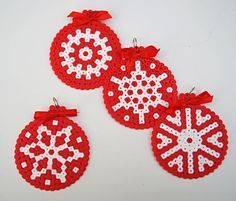 What do you think about starting now with Christmas decorations? Christmas Perler Beads, Beaded Christmas Ornaments, Christmas Crafts, Christmas Decorations, Perler Bead Designs, Diy Crafts Jewelry, Bead Crafts, Hama Beads Patterns, Beading Patterns