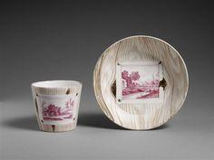 Tasse et soucoupe, Manufacture de Nymphenburg,, ca 1750  porcelaine dure, camaïeu, à décor imitation de bois et cartel de paysage en camaïeu pourpre Sèvres, Cité de la céramique, MNC6608-1;MNC6608-2