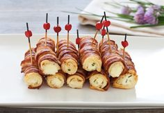 Questi cannoncini di pancarrè alla pancetta sono l'ideale per un aperitivo finger food appagante e originale. Prova la ricetta del Cucchiaio d'Argento! Appetizer Buffet, Appetizer Recipes, Finger Food Appetizers, Finger Foods, Amouse Bouche, Snacks Für Party, Food Humor, Fish Recipes, Street Food
