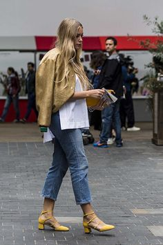 Furry footwear and statement ruffles: The best street style looks from London Fashion Week Cool Street Fashion, 80s Fashion, Street Chic, Fashion Week, Look Fashion, Korean Fashion, Trendy Fashion, Autumn Fashion, Fashion Outfits