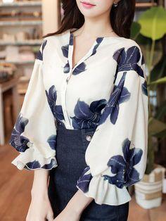 Frill Sleeve V Neck Floral Printed Girly Blouse Modest Fashion, Hijab Fashion, Fashion Dresses, Fashion Fashion, Blouse Styles, Blouse Designs, Sleeves Designs For Dresses, Elegant Outfit, Mode Style