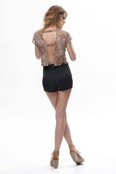 Remera con espalda abierta animal print, short negro.  #Moda #Mujeres #ComoVestir