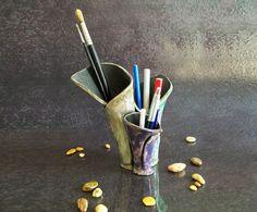 Guarda questo articolo nel mio negozio Etsy https://www.etsy.com/it/listing/208156183/portapenne-in-ceramica-raku-organizer-da
