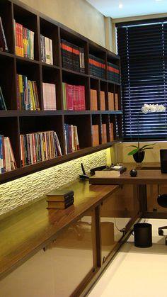 Estante de livros com parede de pedra iluminada